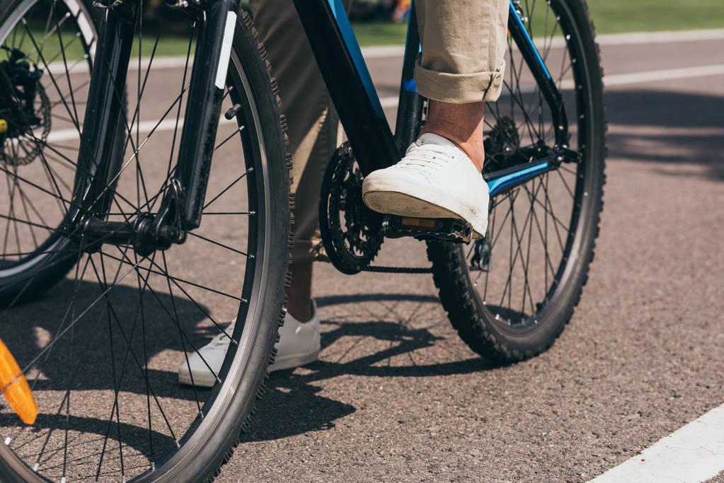 чоловік їде на велосипеді - Фото, зображення