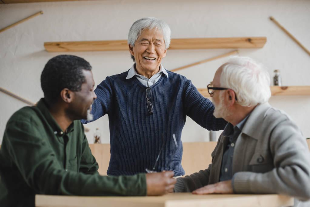 ingyenes senior men találkozó