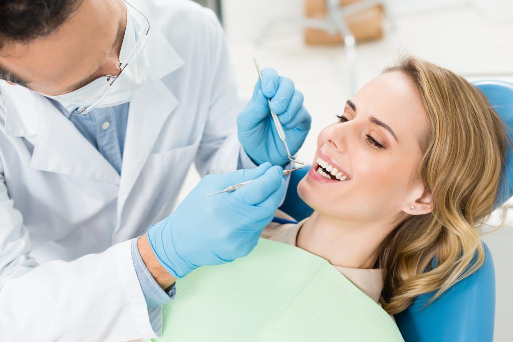 Doktor hasta modern diş Kliniği dişlerde davranır - Fotoğraf, Görsel