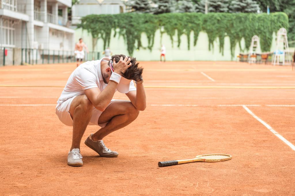 jogador de tênis perder jogo na quadra com raquete    - Foto, Imagem