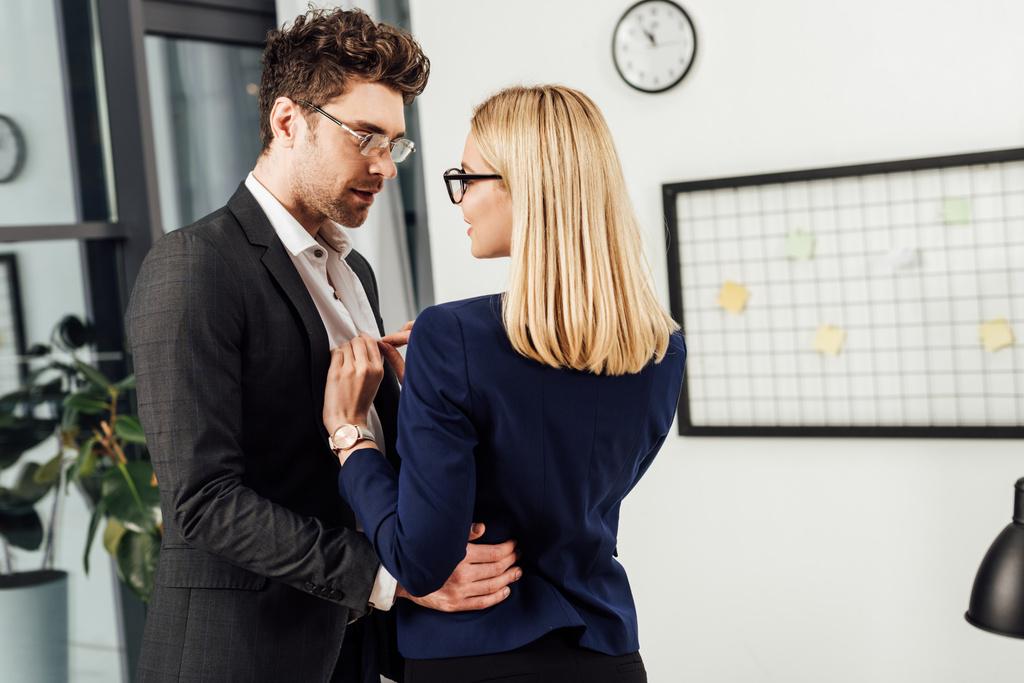 hogyan flörtölni a kollégákkal