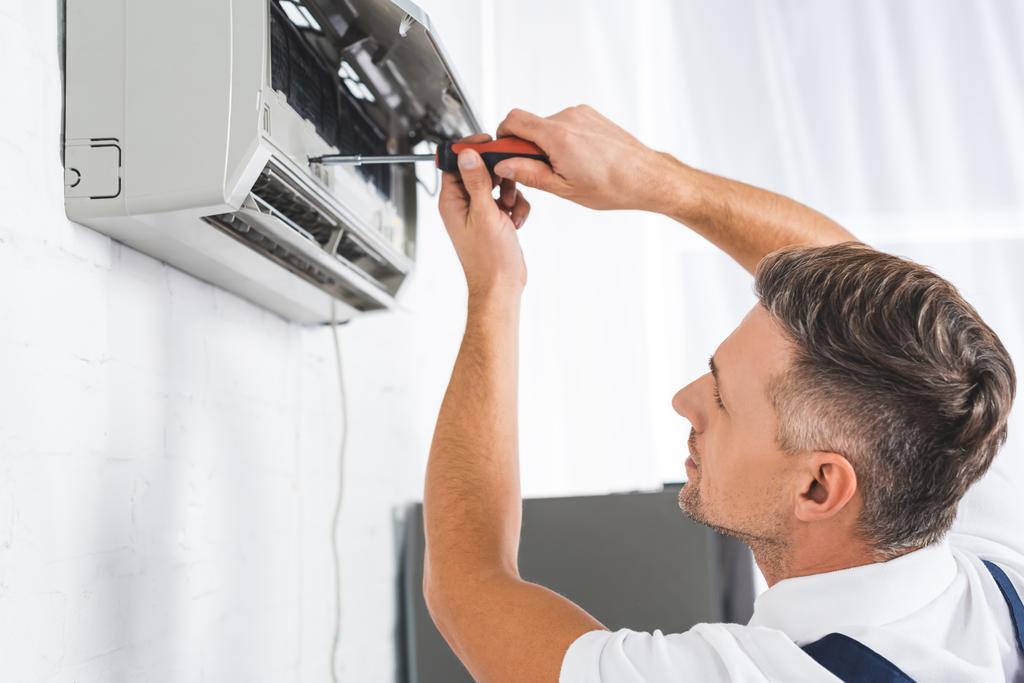 красенем дорослих ремонту кондиціонер повітря з викрутки - Фото, зображення