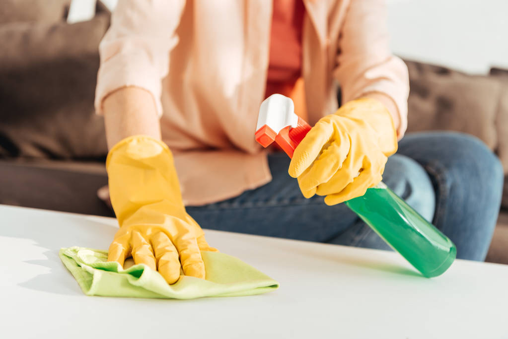 Куповані подання жінка в жовтий гумові рукавички очищення таблиці - Фото, зображення