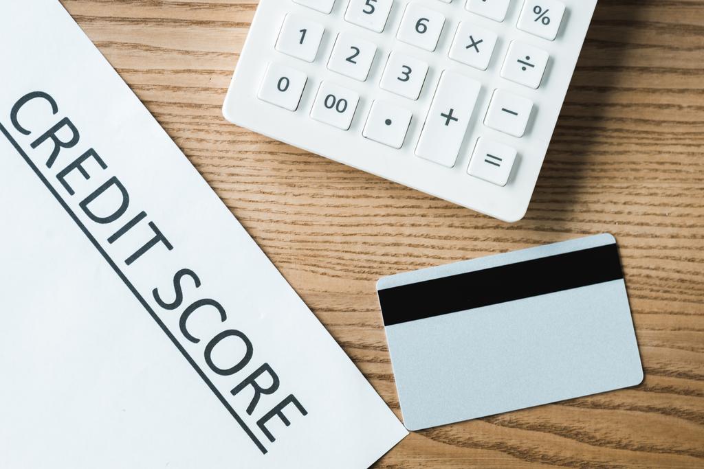 вид з кредитної картки поруч з папером з кредитним рахунком напис і калькулятор  - Фото, зображення