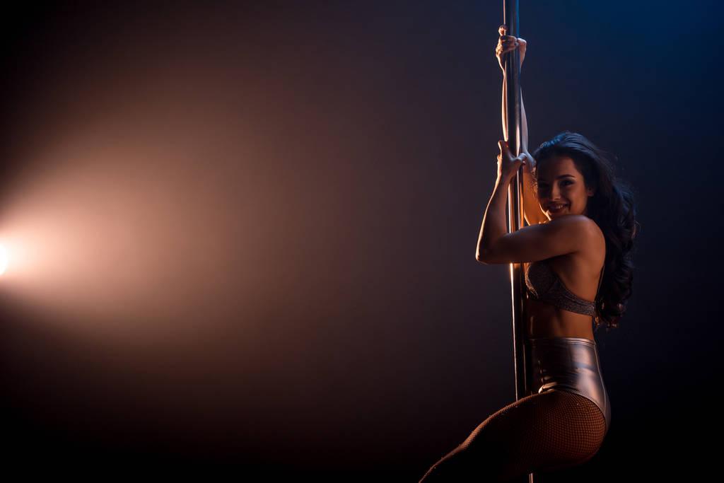 Сексуальная стриптизерша танцует у шеста