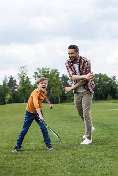 Батько і син гра бадмінтон  - Фото, зображення
