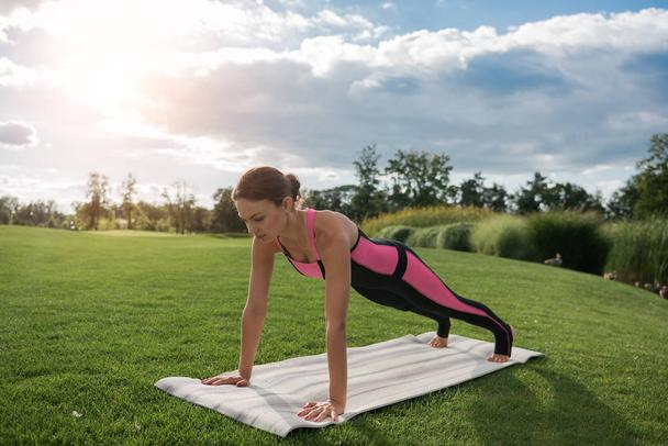 woman standing in plank - Photo, Image