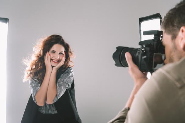 fotógrafo tirar fotos com modelo  - Foto, Imagem