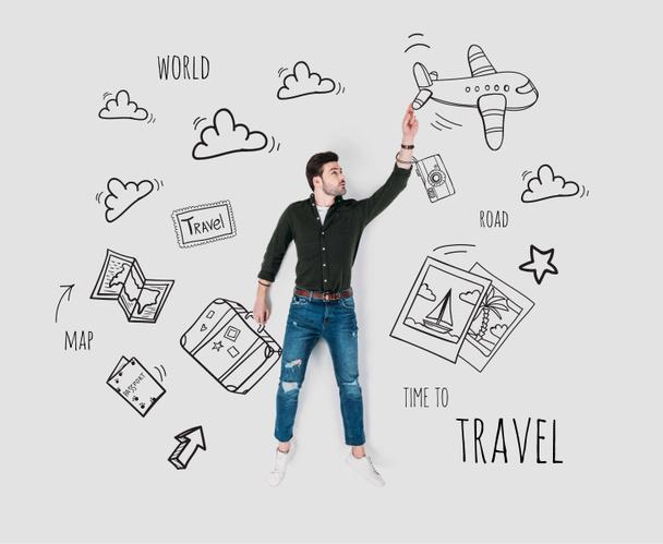 mão criativa desenhada colagem com o homem e vários sinais de viagem  - Foto, Imagem