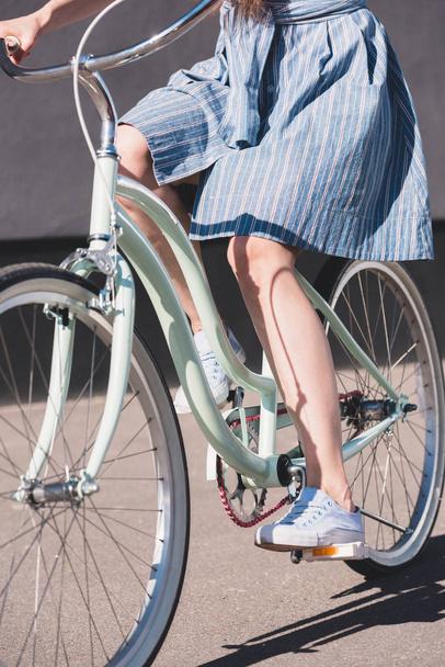 обрізаний знімок жінка, їзда на велосипеді в міській вулиці  - Фото, зображення