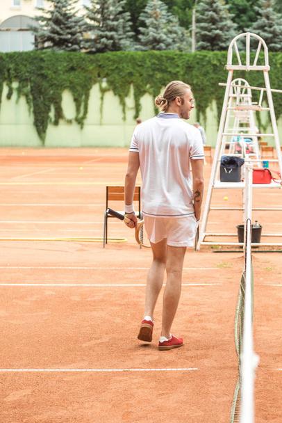 visão traseira do jogador de tênis com raquete no campo de tênis   - Foto, Imagem