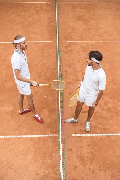 tenisté s retro dřevěné rakety na kurtu dohromady - Fotografie, Obrázek