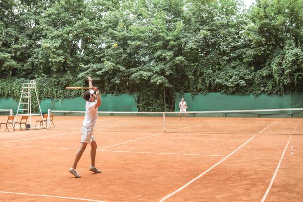 desportistas jogar tênis com raquetes de madeira na quadra  - Foto, Imagem