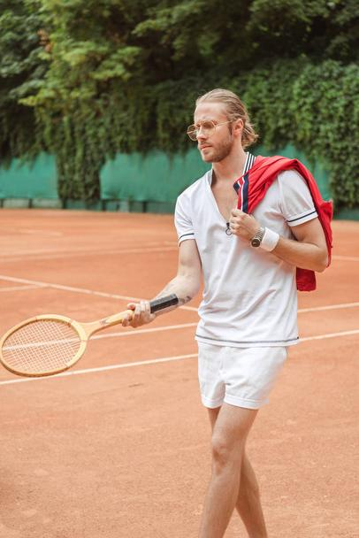 handsome tennis player with retro wooden racket on court - Photo, Image
