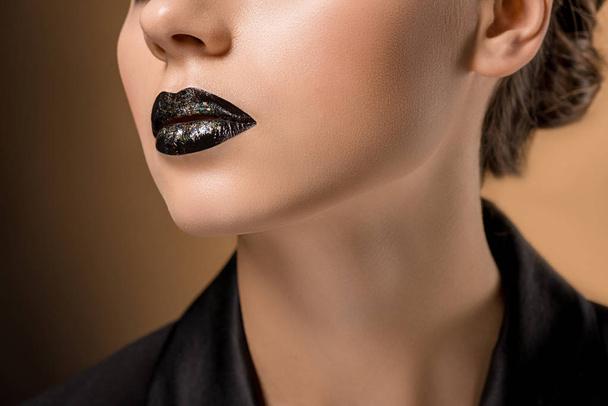 крупним планом молодих красива жінка з блискучою чорною губи - Фото, зображення