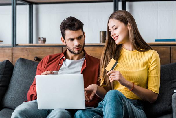 приваблива Жінка тримає кредитної картки під час сидить з ноутбуком друга - Фото, зображення