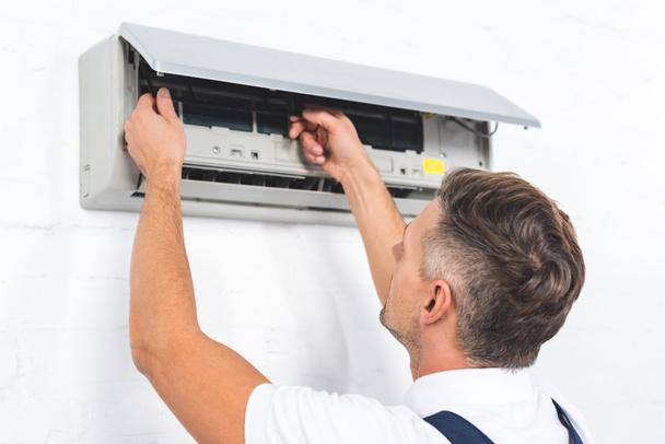 ремонтник фіксації кондиціонера на стіні - Фото, зображення