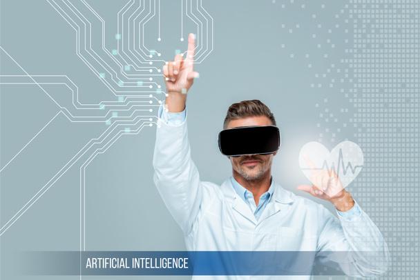 вчений у віртуальну реальність гарнітуру, торкаючись медичної допомоги інтерфейс з серцебиття ізольовані на сірий, концепції штучного інтелекту - Фото, зображення