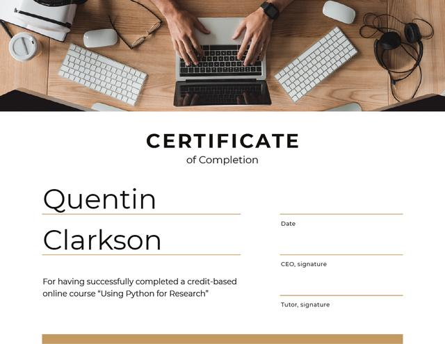 IT online course Completion with Man by Laptop Certificateデザインテンプレート