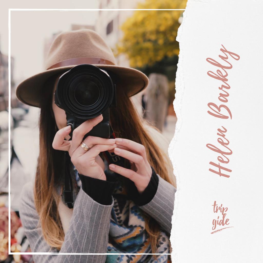 Woman with camera in city — Créer un visuel