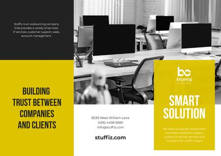 IT Company Services Ad with Modern Office Brochure Modelo de Design