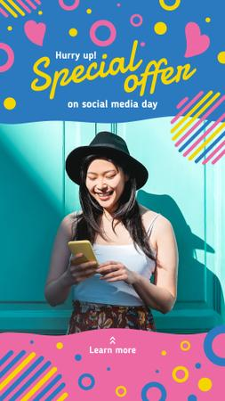 Social media day Offer with Girl using Smartphone Instagram Story Modelo de Design