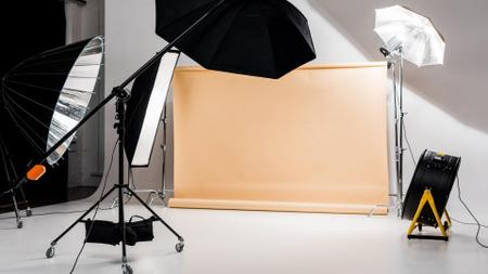 Photographic equipment in empty Studio Zoom Background Modelo de Design