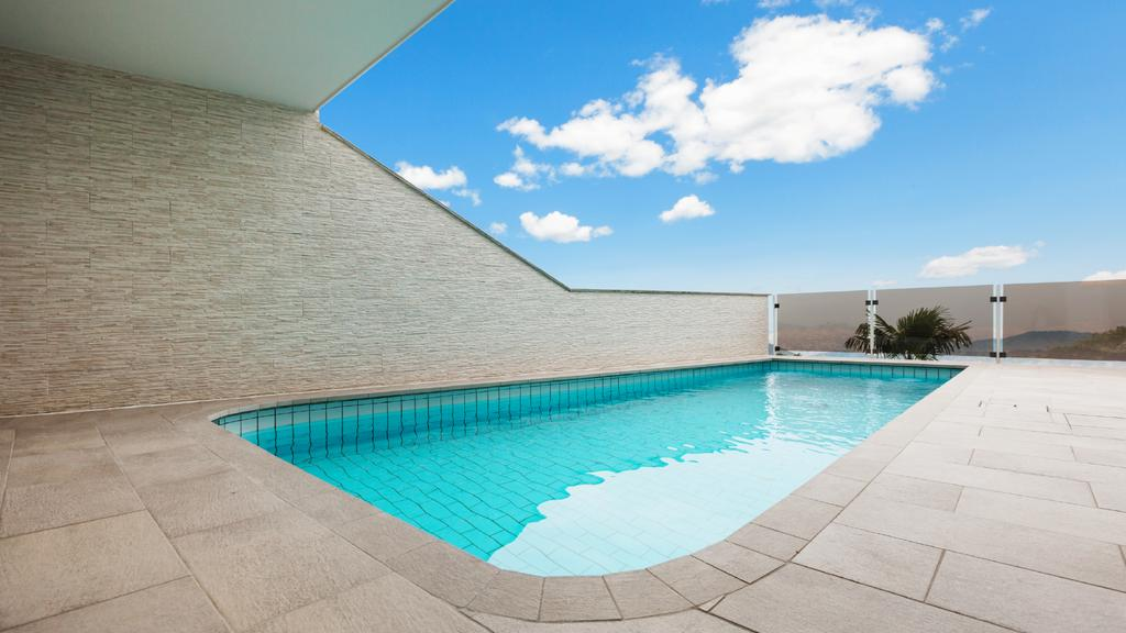 Modern Building with swimming Pool — Créer un visuel