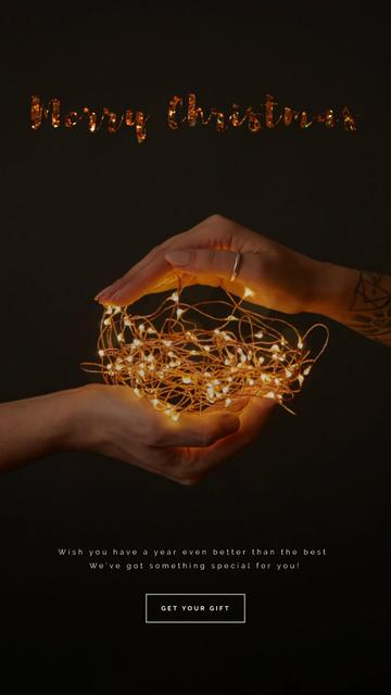Christmas Greeting Hands Holding Garland Instagram Video Story – шаблон для дизайна