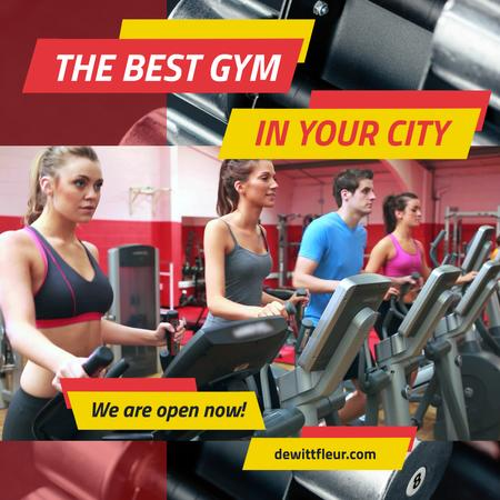 Gym Ticket Offer with People on Treadmills Animated Post Modelo de Design