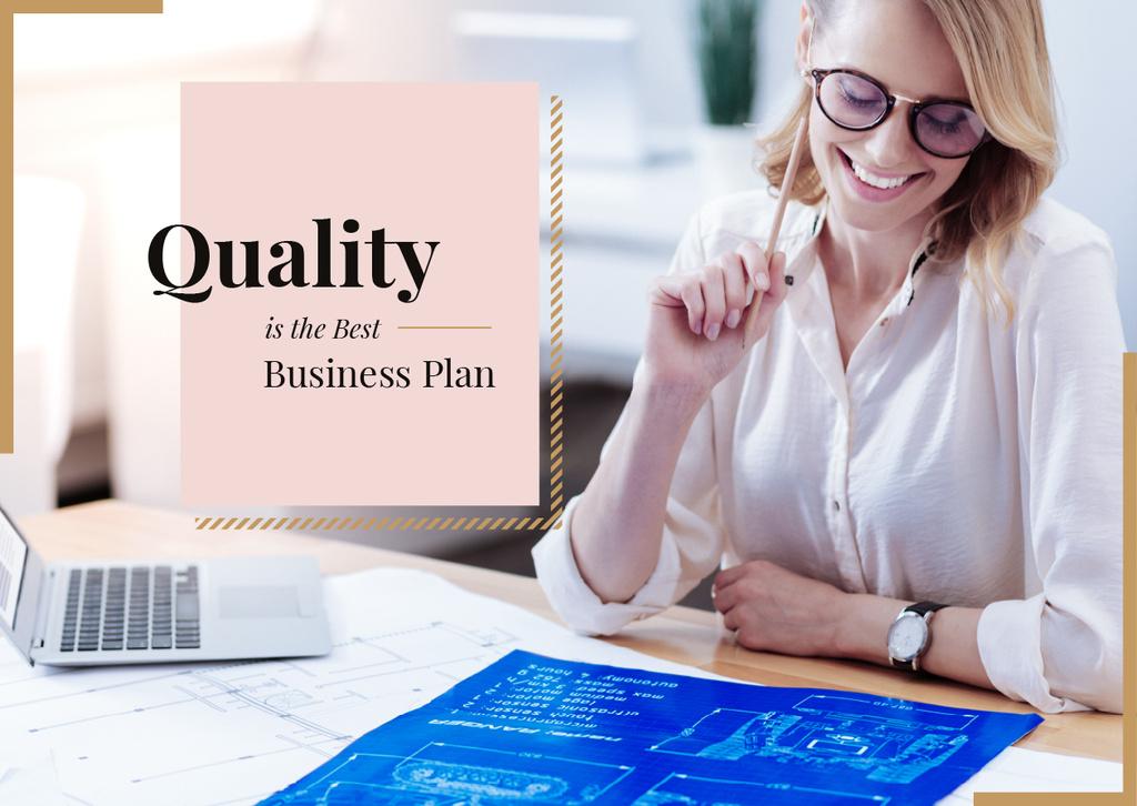 Woman working with blueprint — Crear un diseño