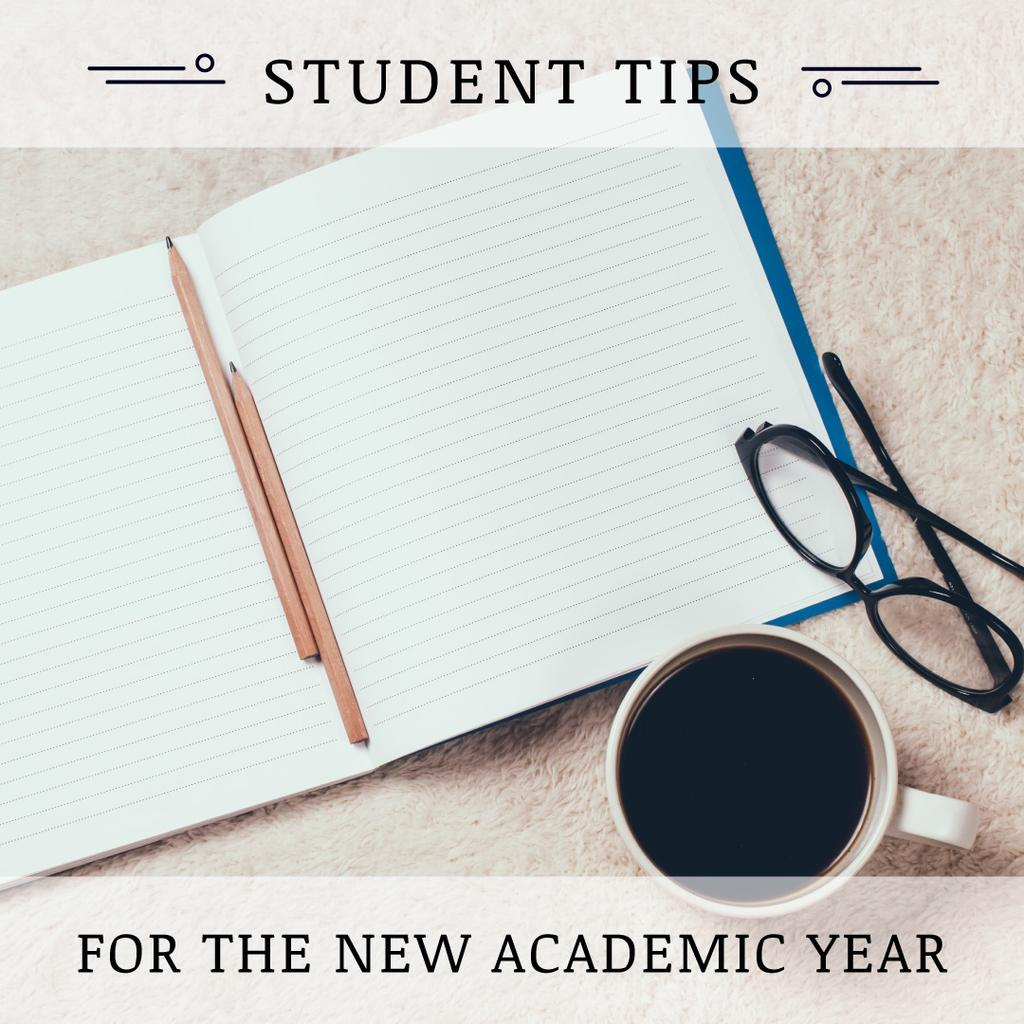 Student Tips Open Notebook and Coffee — ein Design erstellen