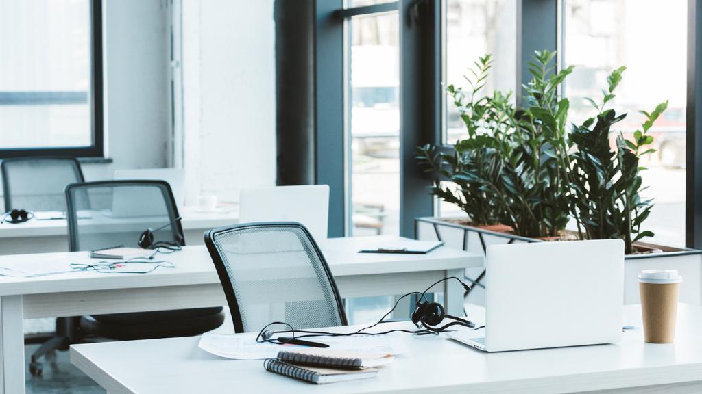 Light minimalistic Office Interior with glass chairs — Crear un diseño
