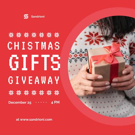 Modèle de visuel Christmas Giveaway Woman Holding Gift Box - Instagram
