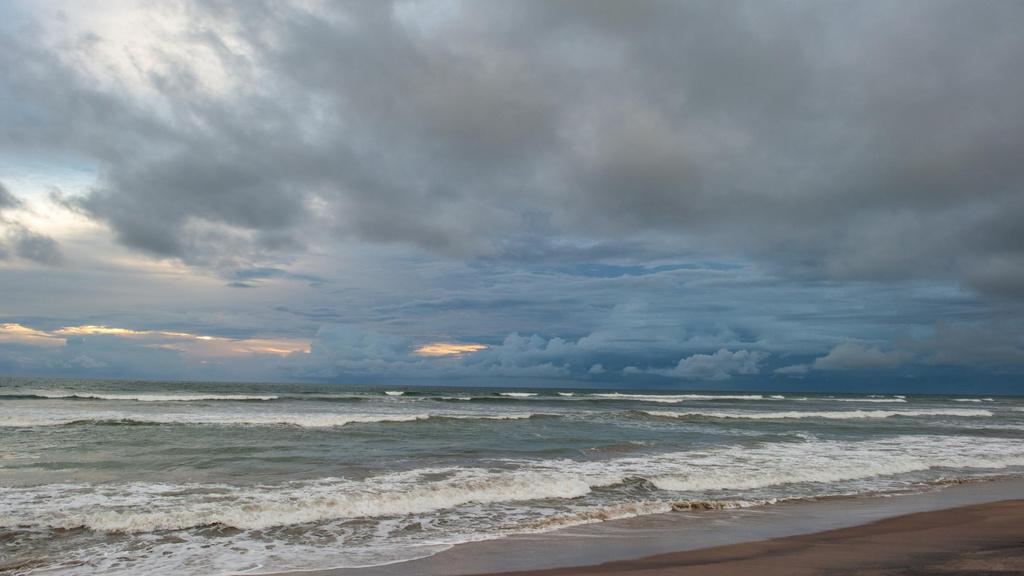 Modèle de visuel Beautiful landscape of thunderstorm Ocean - Zoom Background