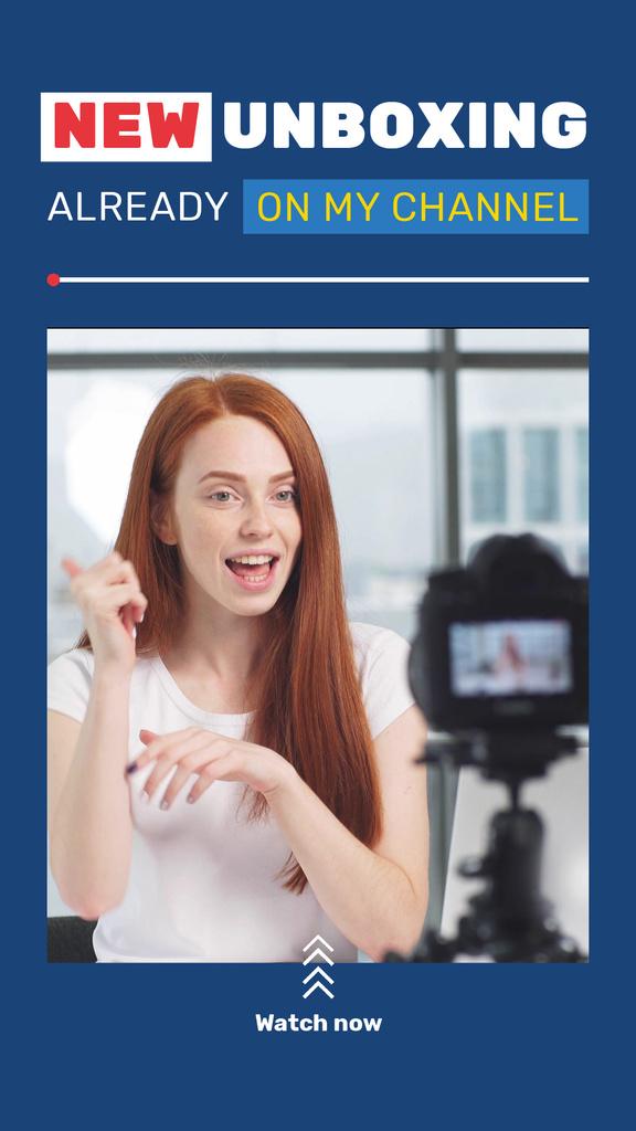Woman Blogger Presenting by Camera — Maak een ontwerp