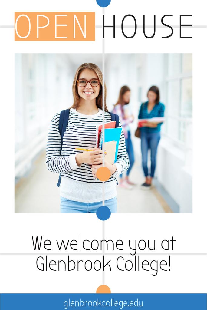 College Invitation with Smiling Student — Crear un diseño