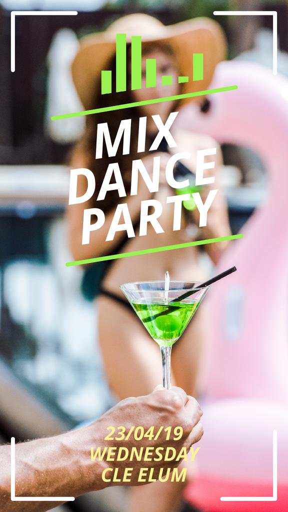 Pool Party Invitation Hand with Cocktail | Vertical Video Template — Créer un visuel