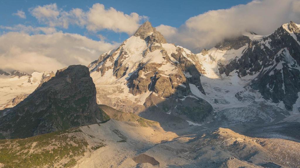 Majestic Mountains with Clouds — ein Design erstellen