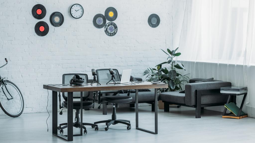 Modern Interior of Home Workplace with bike and vinyls — ein Design erstellen