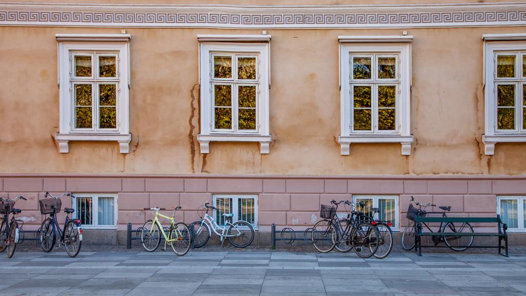 Authentic building with bikes in Autumn — Maak een ontwerp