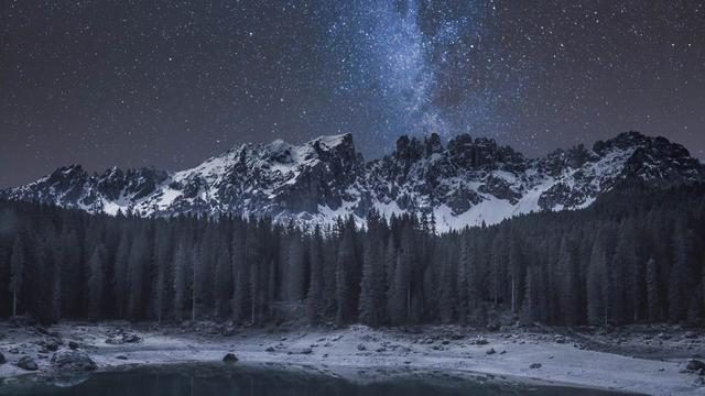 Plantilla de diseño de Scenic Landscape of Night in Mountain Forest Zoom Background