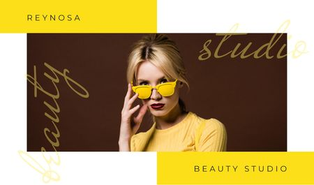Beautiful young girl in sunglasses Business card Modelo de Design