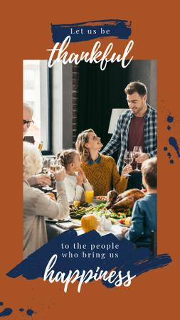 Template di design Family at Thanksgiving dinner Instagram Story