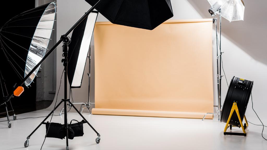 Photographic equipment in empty Studio — Створити дизайн