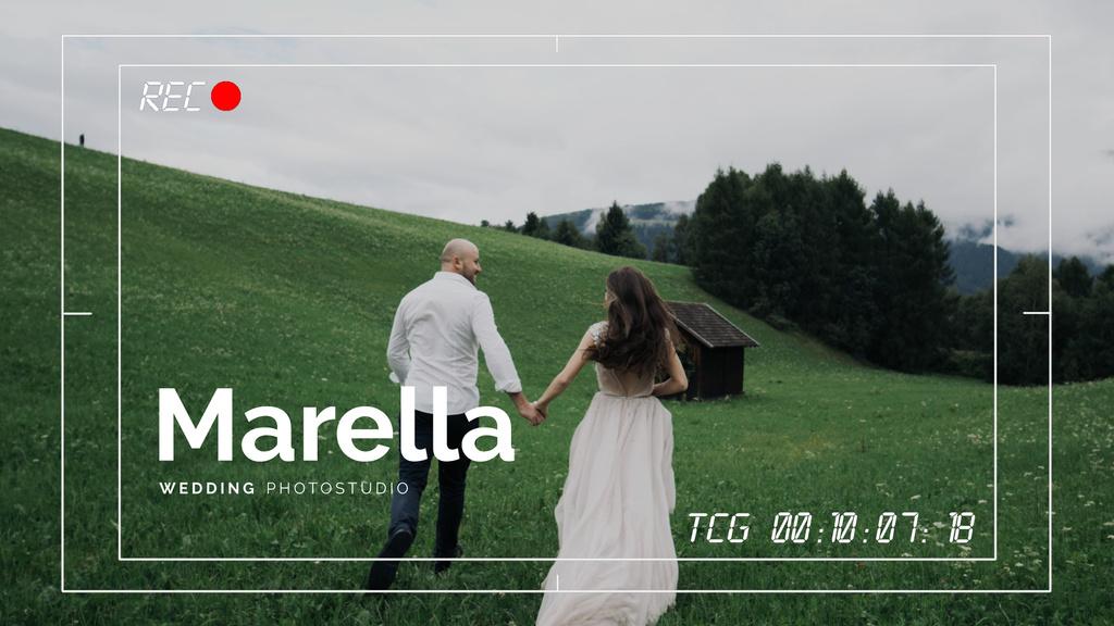 Running Couple in Nature on Wedding Shooting — Modelo de projeto