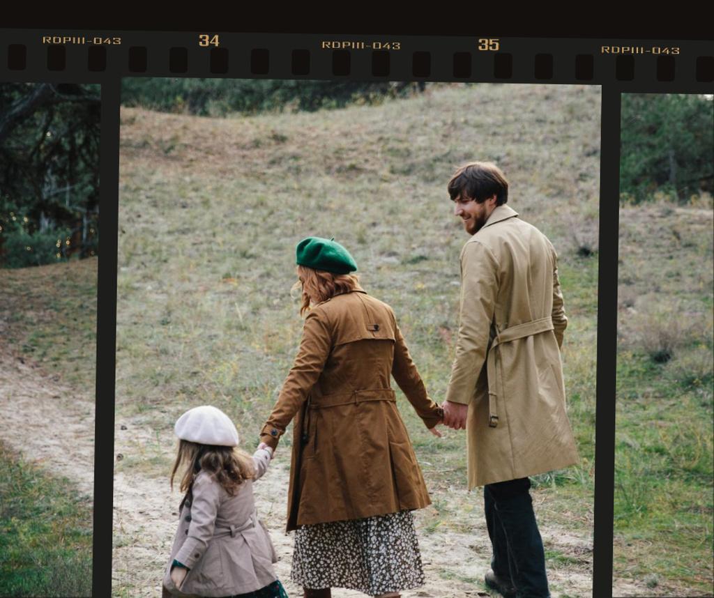 Happy Family on a walk — Créer un visuel