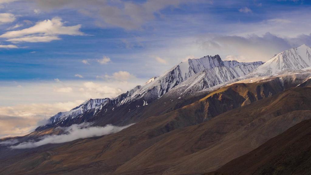Majestic Landscape of Snowy Mountain — Créer un visuel