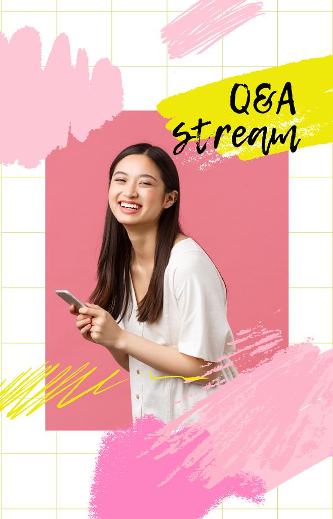 Smiling Woman using smartphone — Crear un diseño