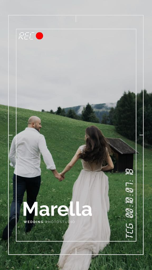 Running Couple in Nature on Wedding Shooting — Modelo de projeto